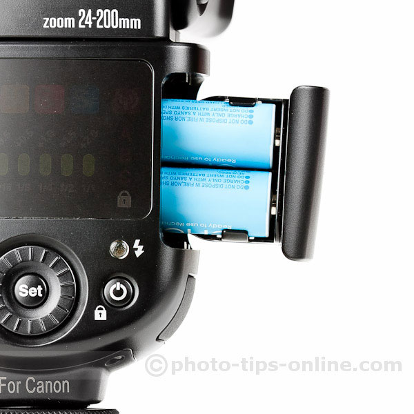 Nissin Di700 flash: inserting batteries